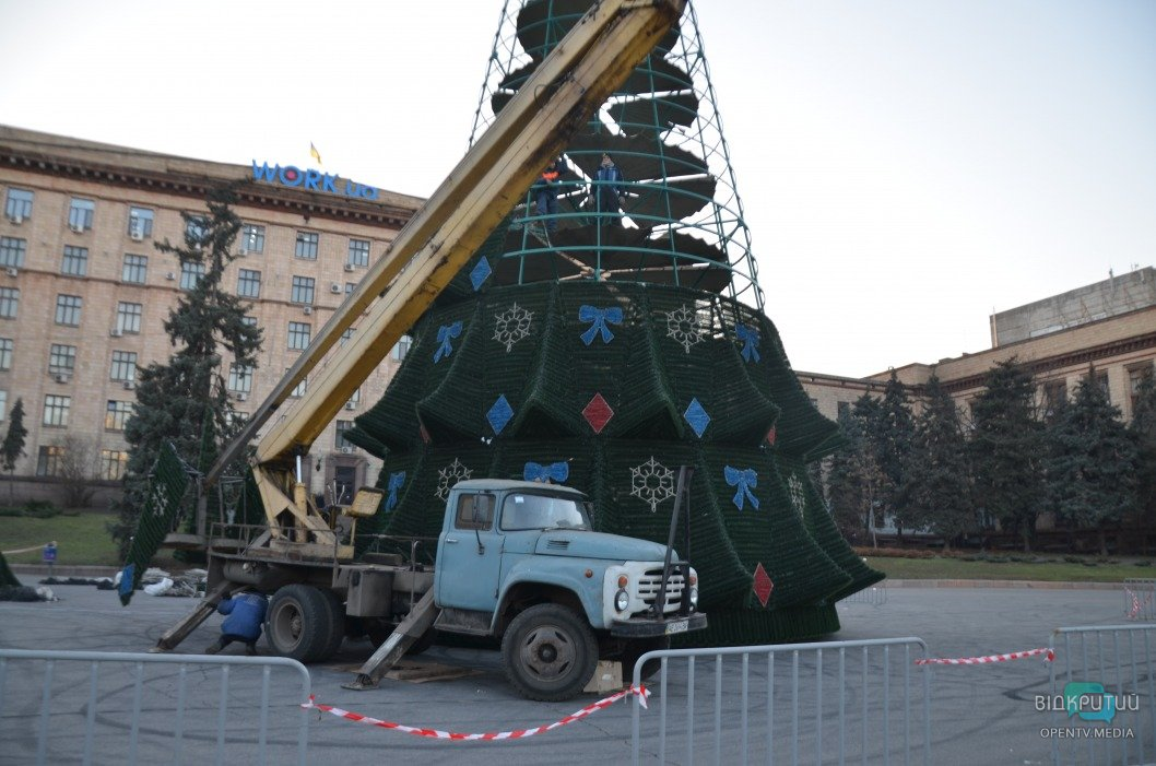 В центре Днепра устанавливают елку: вместо звезды на верхушке будет герб