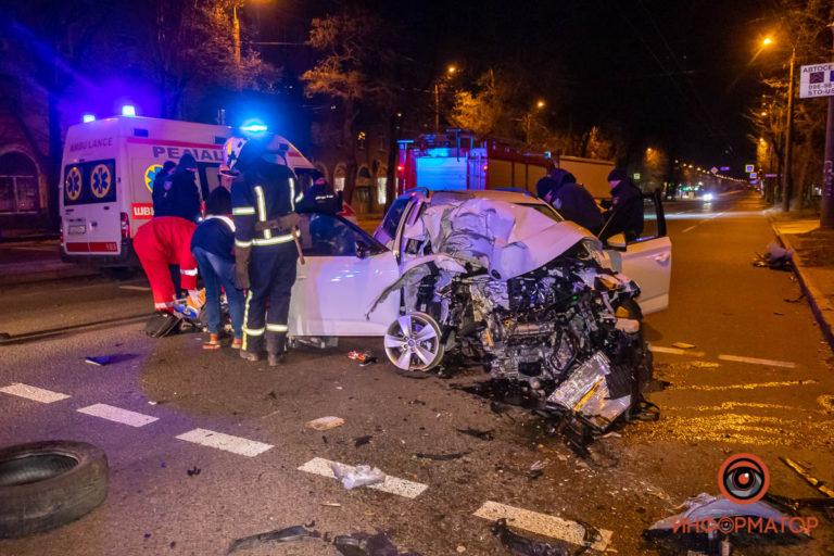 В Днепре на проспекте Хмельницкого автомобиль врезался в столб: пассажир погиб на месте