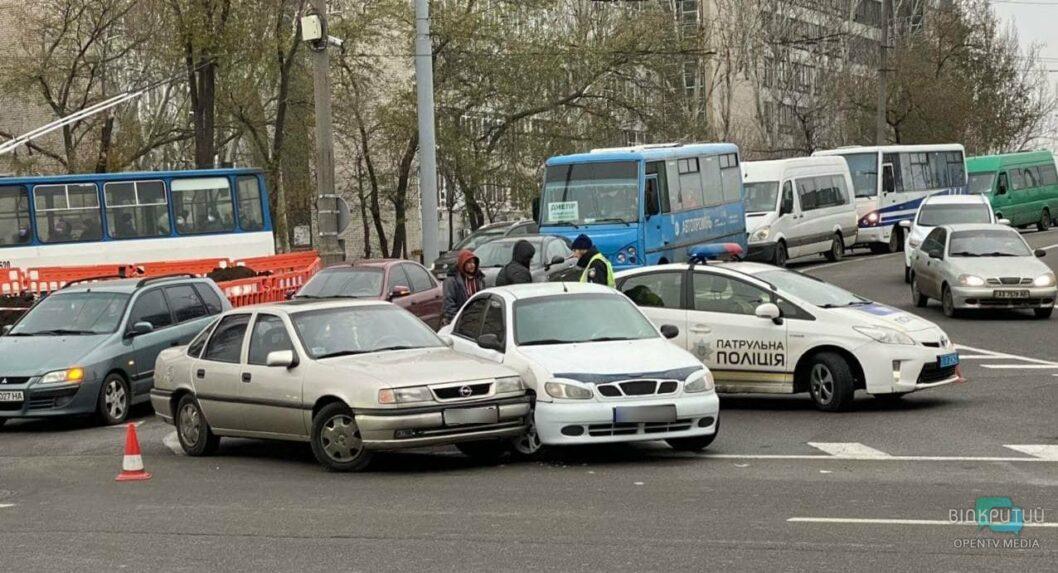 В Днепре образовалась пробка из-за ДТП на съезде с центрального моста