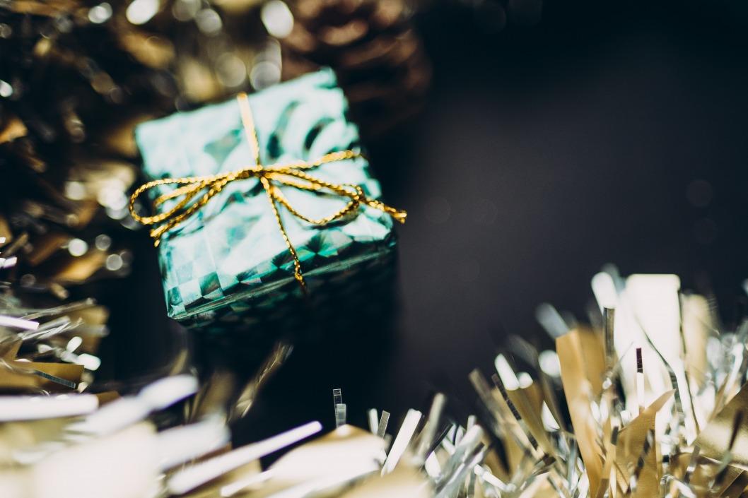 В Днепре волонтеры своими руками создают новогодние украшения