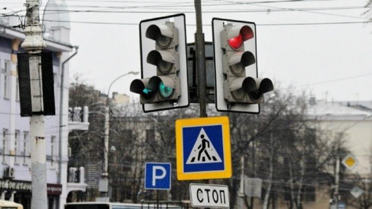 Ноу-хау по-днепровски: на Мануйловском проспекте светофор закрыли дорожным знаком