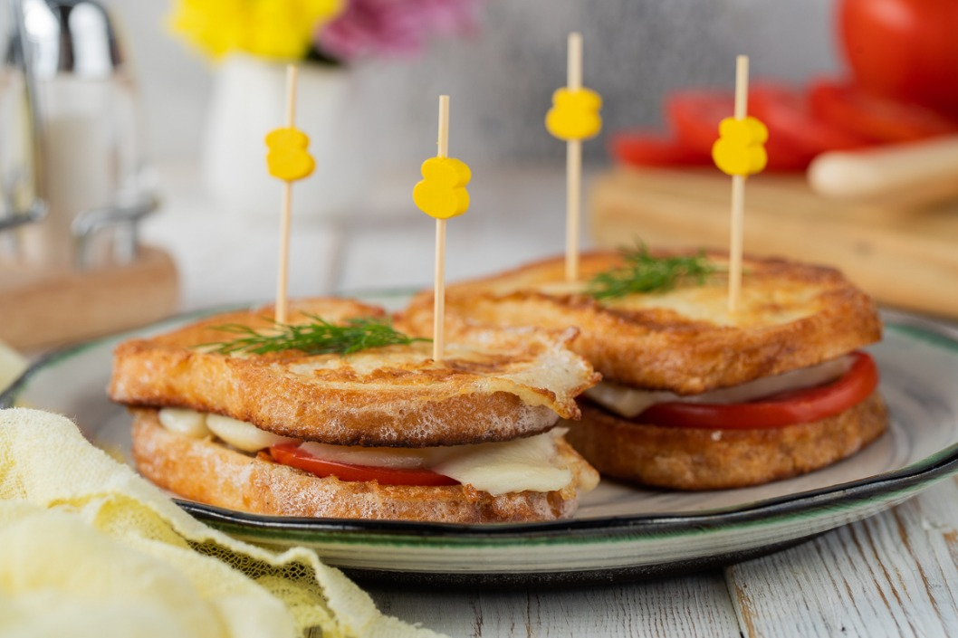 tosty s pomidorami i syrom