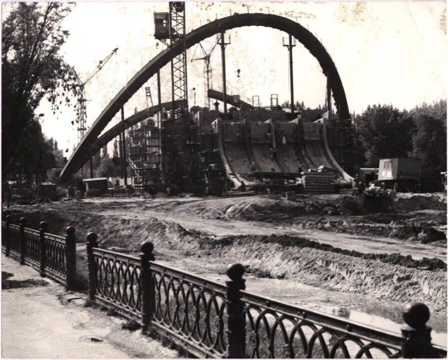 Без воды и в камышах: как в Днепре выглядел парк Глобы во время постройки летнего театра (ФОТО)