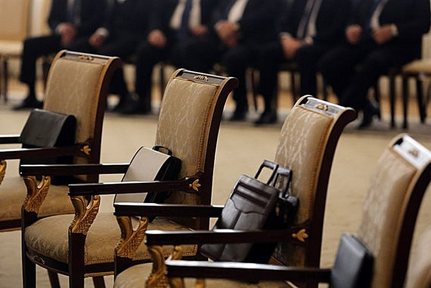 Зеленский подписал закон: в Украине чиновники смогут работать на госслужбе на 5 лет дольше