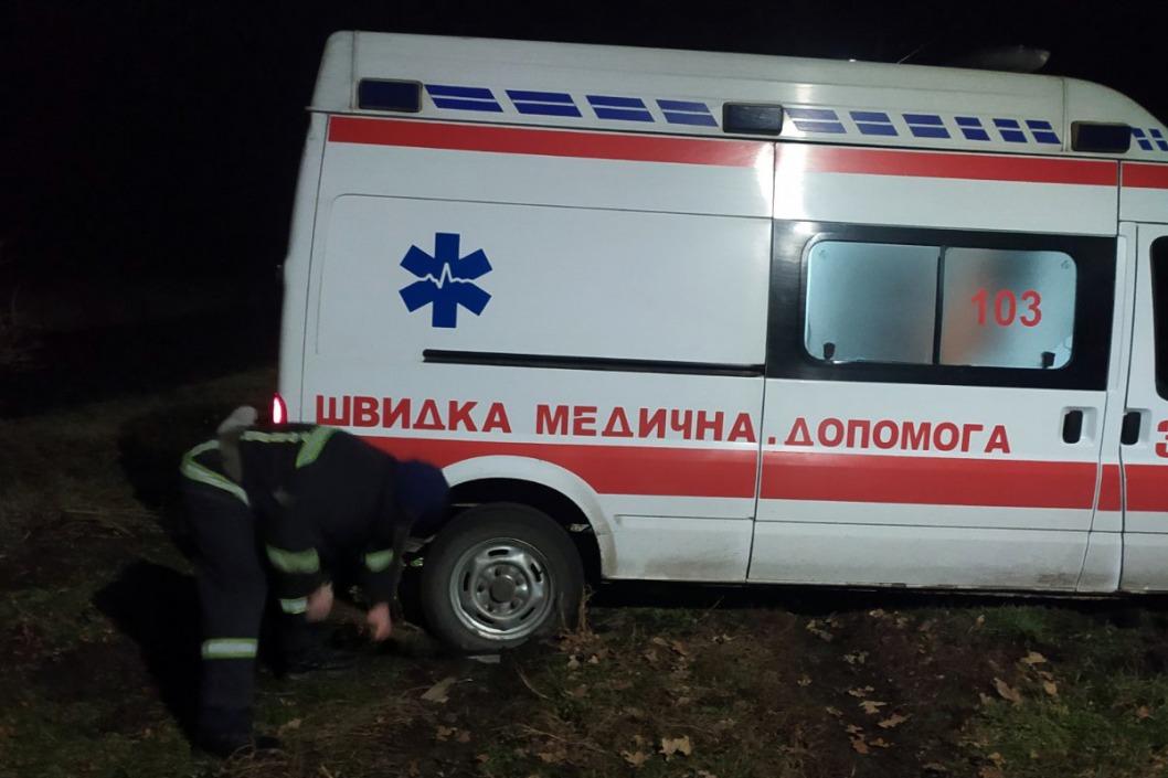 Помощь для скорой: под Днепром машина медиков застряла на дороге