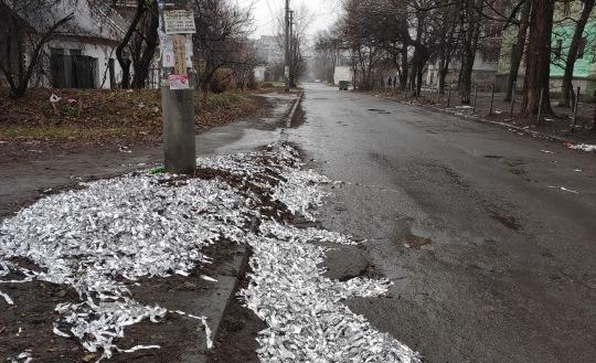 Вместо снега: в Днепре улицу засыпало серпантином