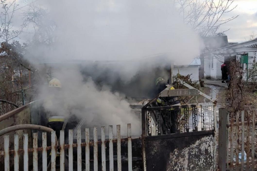 В Днепре сгорел гараж вместе с машиной