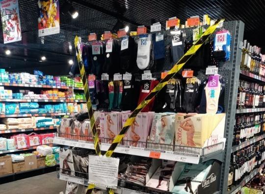 Чем опасны носки и открытки: в Минздраве объяснили запрет на продажу некоторых товаров