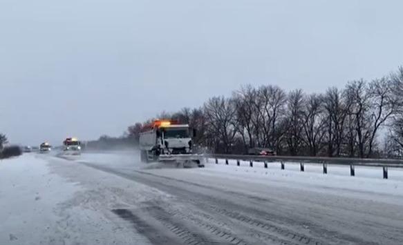 Снежный коллапс: как на Днепропетровщине расчищают трассы государственного значения