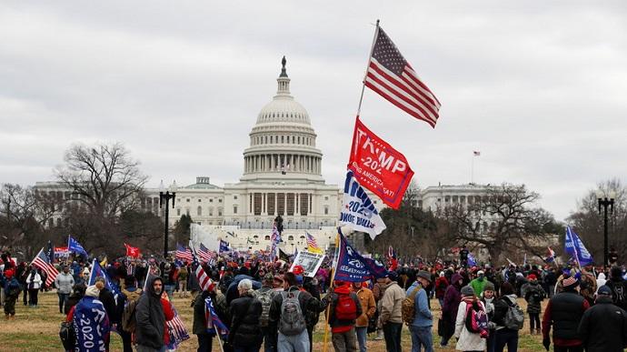 Ночь в Капитолии: в США ярые сторонники Трампа взяли штурмом здание конгресса