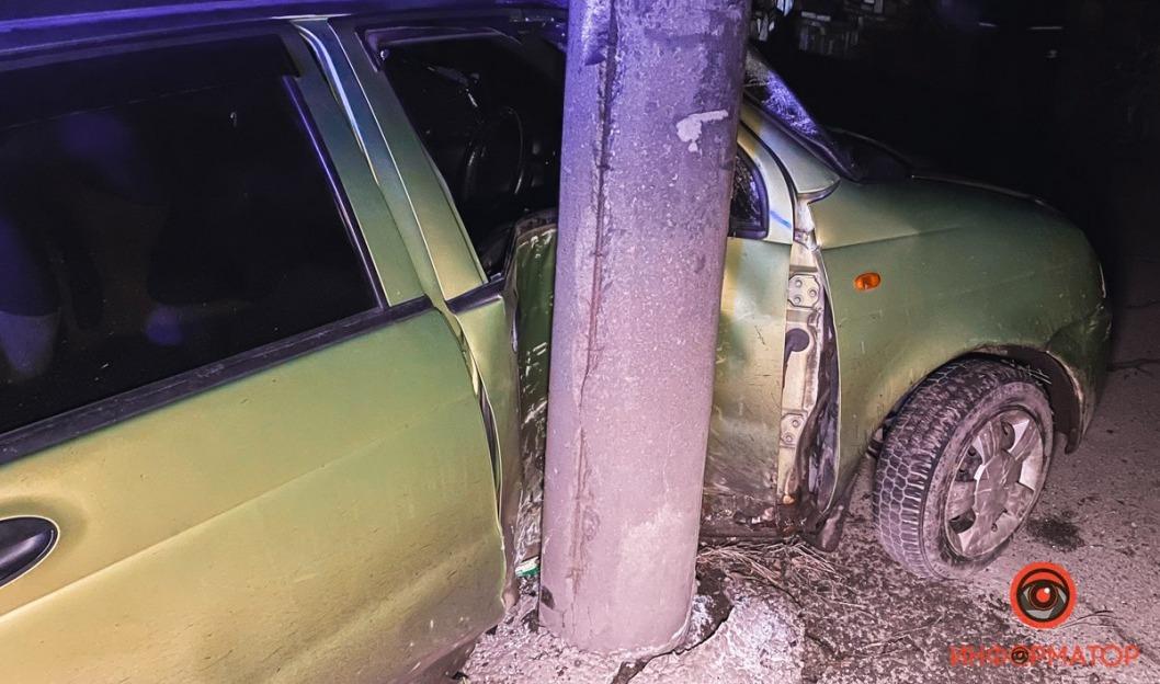 В Днепре водитель иномарки угодил в столб: пострадавшего зажало в салоне