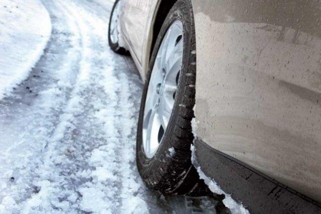 В центре Днепра прорвало трубу: дорога превратилась в каток (ВИДЕО)