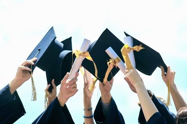 Без отличий : украинские студенты больше не получат красный диплом