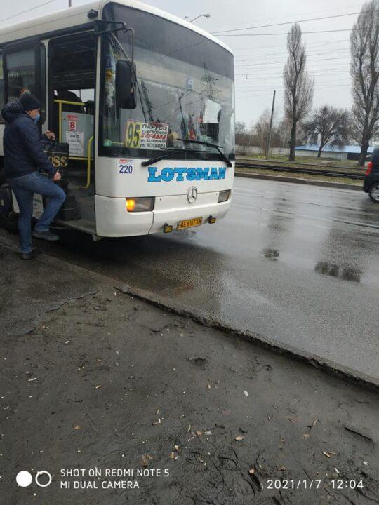 Сладкая поездка: в Днепре водитель маршрутки угощает пассажиров конфетами