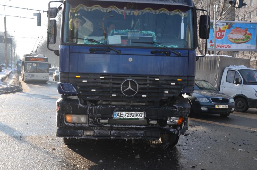 В Днепре на Поля серьезное ДТП: фура заблокировала троллейбус