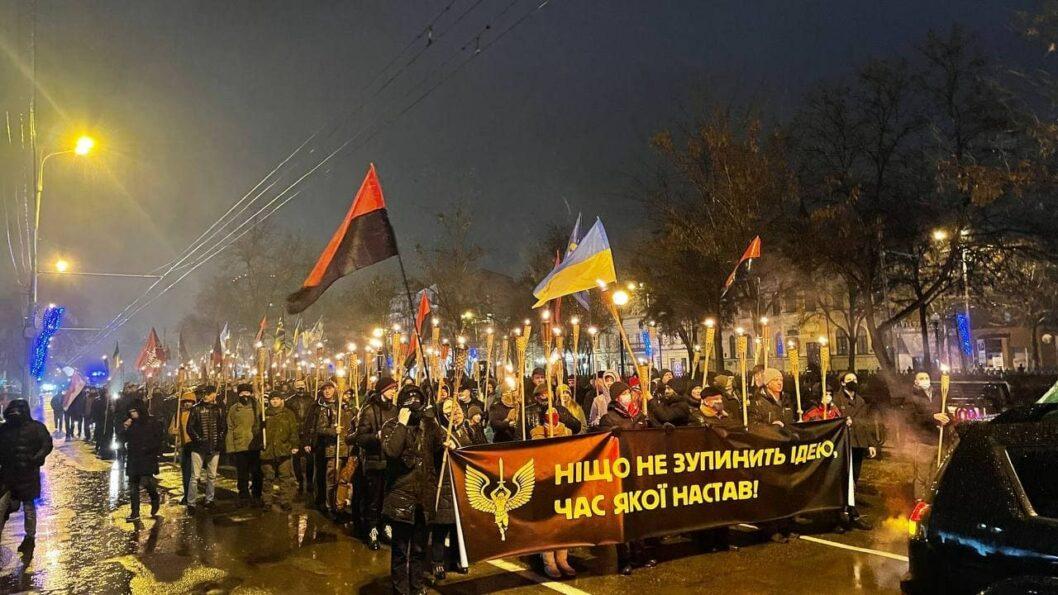 Под дождем и с факелами: в Днепре прошел марш в честь Бандеры