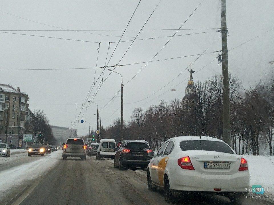 Километровые пробки в центре: Днепр засыпало снегом (ФОТО)