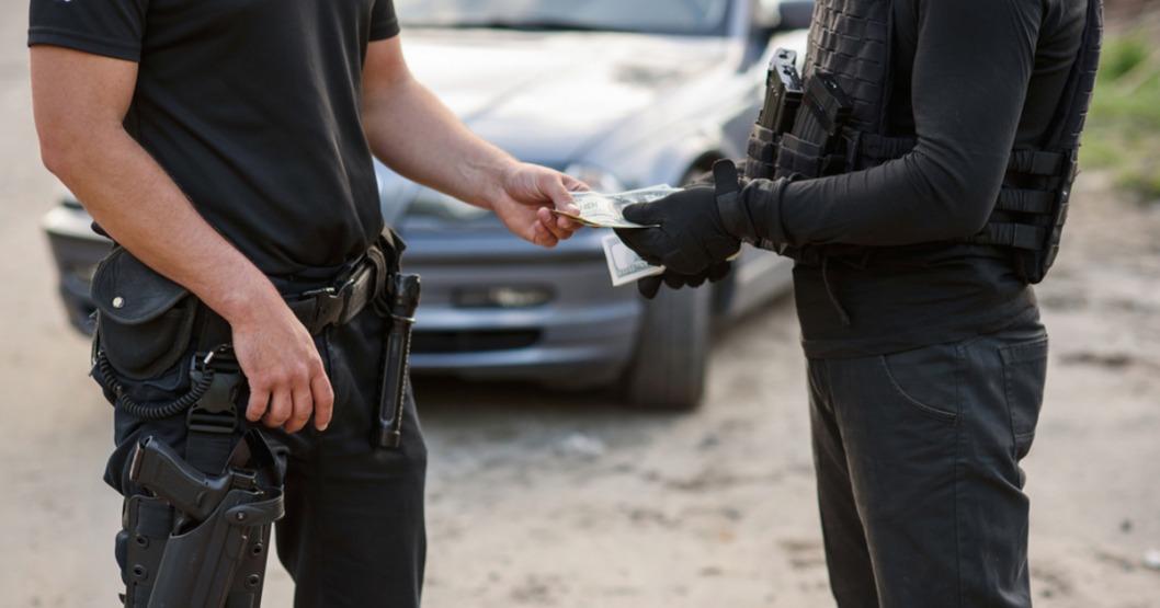 В Днепре осудили полицейских за получение взятки в две тысячи гривен