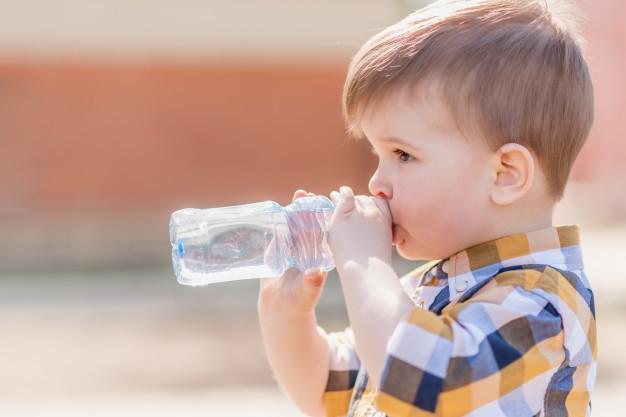 В Днепре у ребенка язык застрял в бутылке: понадобилась помощь врачей