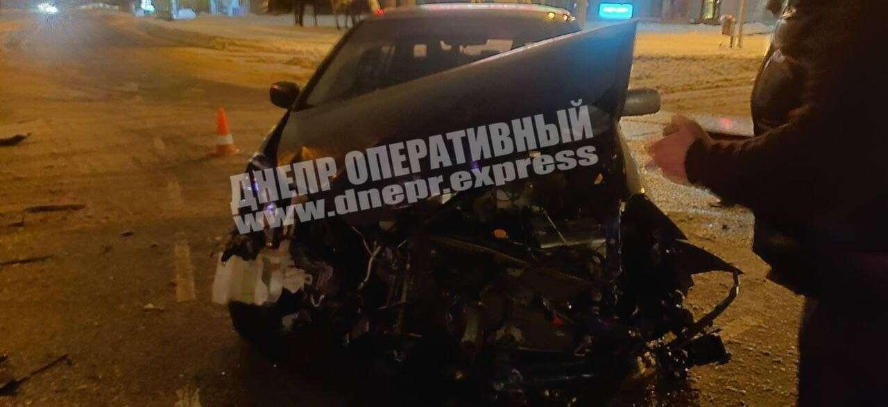 В Днепре на перекрестке столкнулись две иномарки: есть пострадавшие