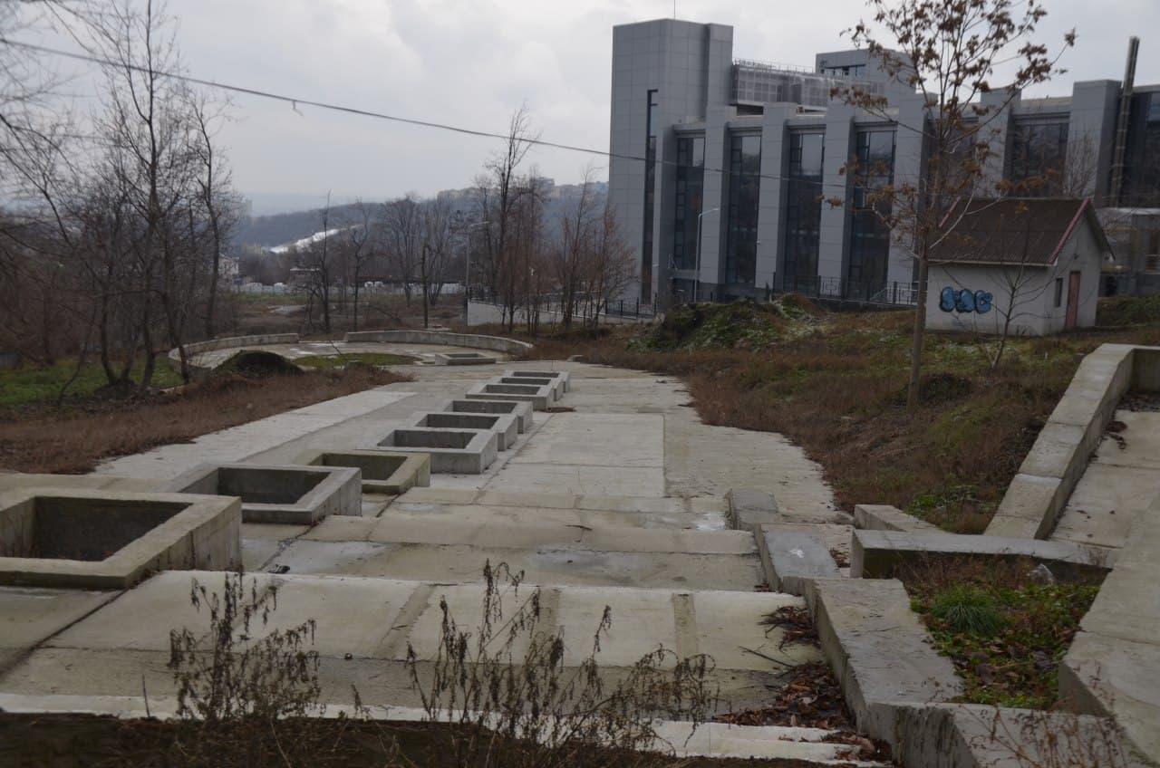 Новые карусели и пустырь: что сейчас происходит в парке имени Володи Дубинина