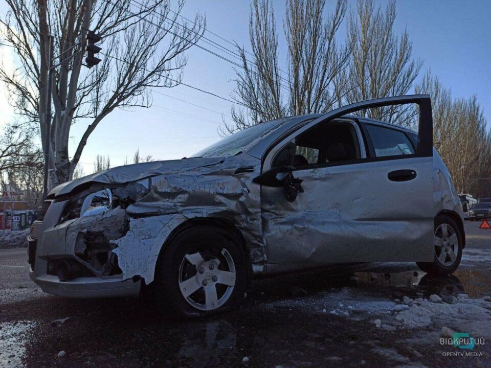 В Днепре на Набережной Заводской столкнулись 3 авто