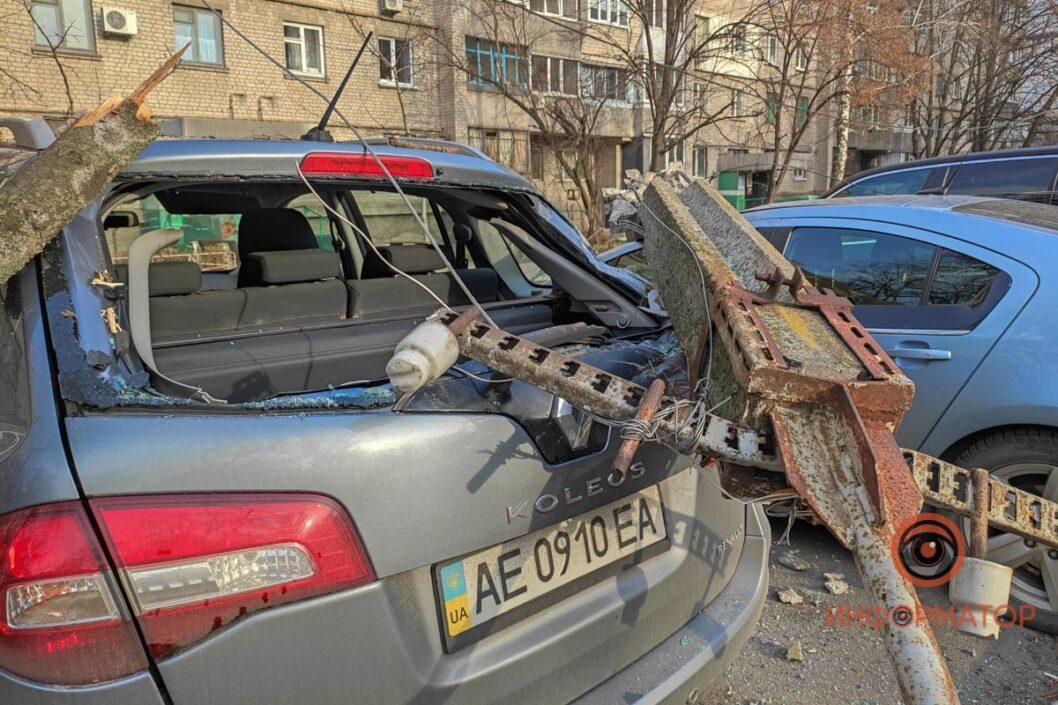 В Днепре электроопора упала на припаркованные иномарки