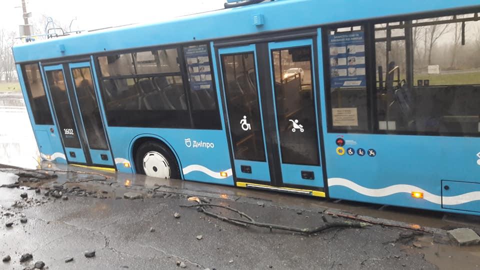 троллейбус в яме, ливневка без решетки, происшествие
