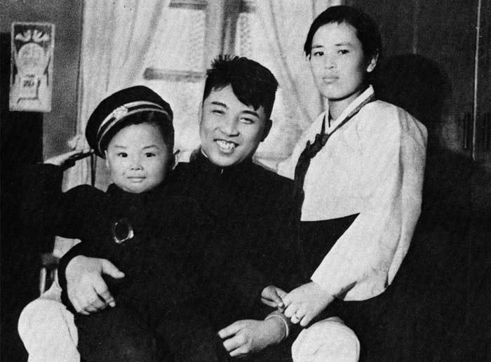 Kim Jong il v detstve s roditelyami