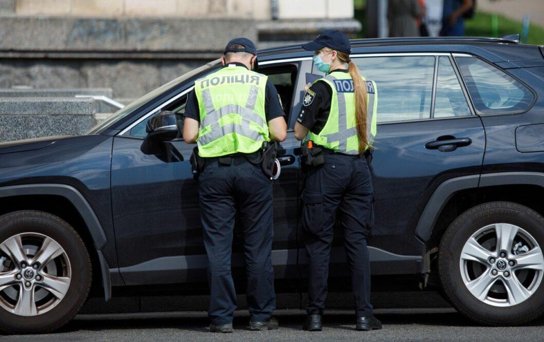 Politsiya ostanavlivaet dlya proverki