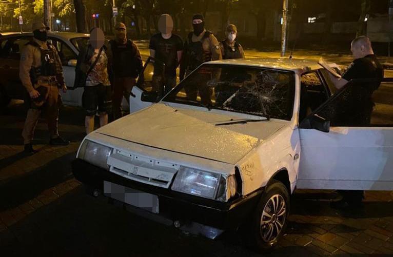 В центре Днепра трое вооруженных мужчин хотели поджечь магазин и кафе (ВИДЕО)