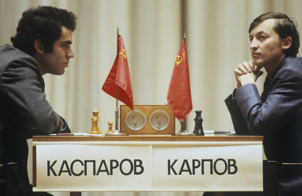 1985 Garri Kasparovym sleva i Anatoliem Karpovym