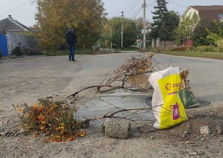 В Днепре жители самостоятельно ремонтируют улицу на ж/м Игрень (Фотофакт)